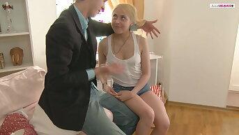 Blonder Teen wird anal entjungfert